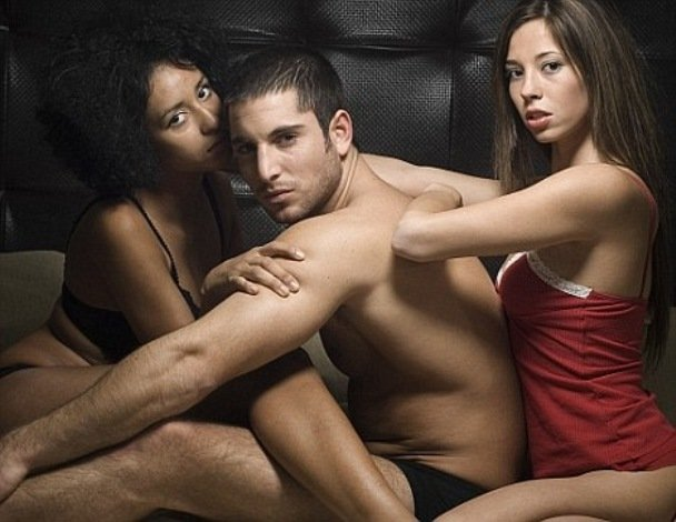 Жена занимается сексом с незнакомым мужчиной на глазах у мужчин правы